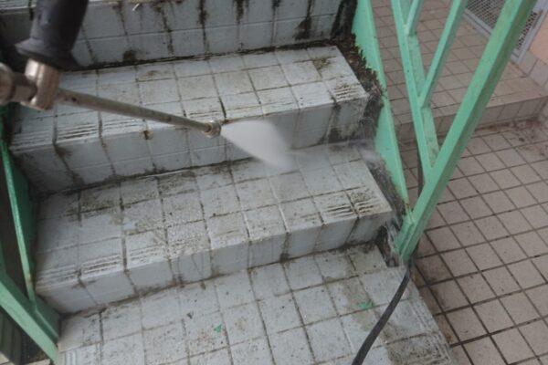 鉄骨階段の高圧洗浄の画像